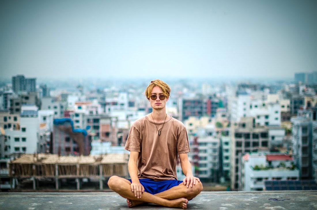 Man som mediterar